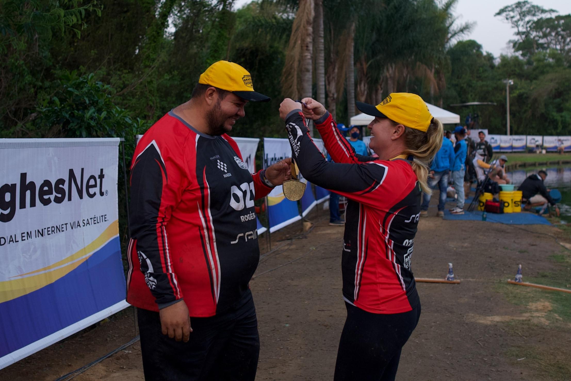 Juliana e Rogério colocam as medalhas de primeiro lugar do segundo CBP
