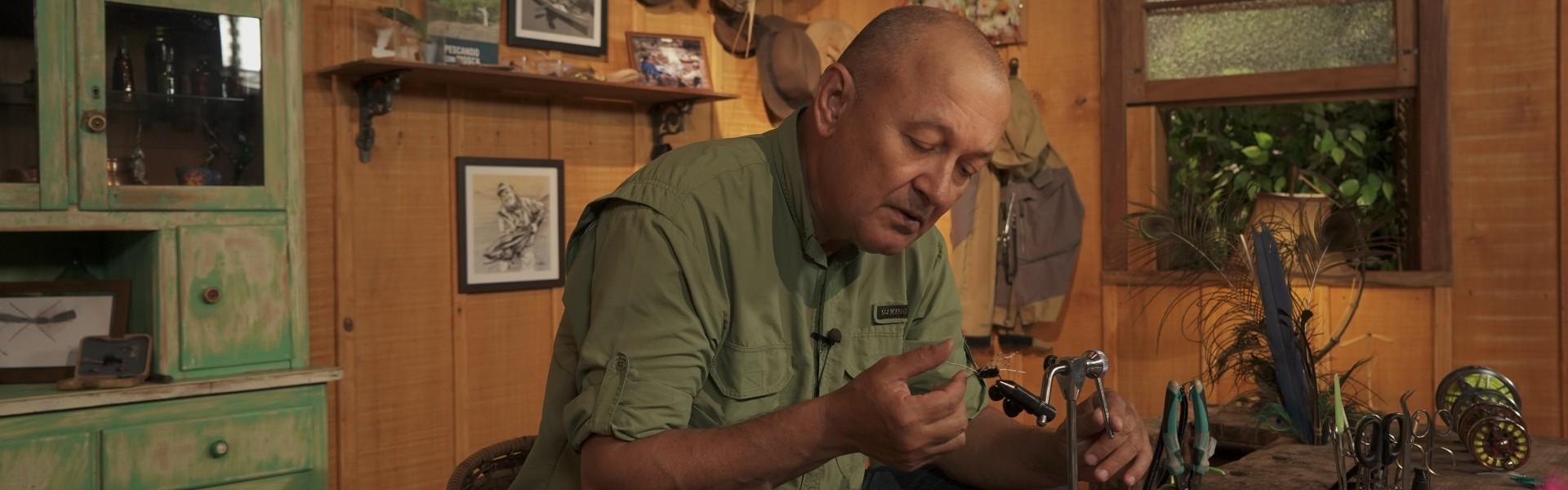 Betinho Oliveira atando a ninfa stonefly