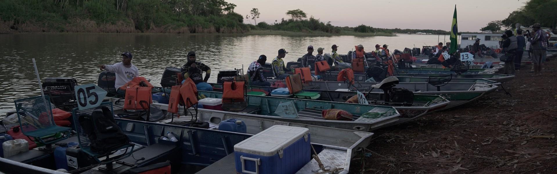 Barcos prontos para a ação na pesca esportiva
