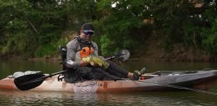 Kid Ocelos pescando tucunaré de caiaque