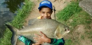 Rudson pescando tambacus em pesqueiro