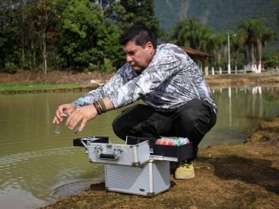Fabio Mori testando qualidade da água