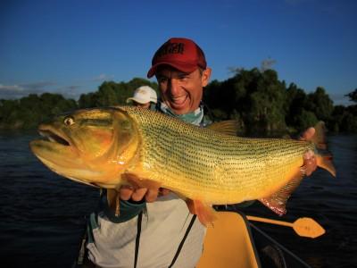 Javier Enrique com dourado do Pantanal