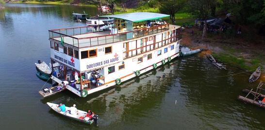 Barco leva assistência médica à população ribeirinha da Amazônia