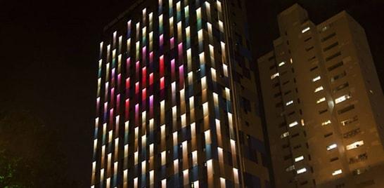 Fachada de hotel em São Paulo muda de cor conforme a poluição