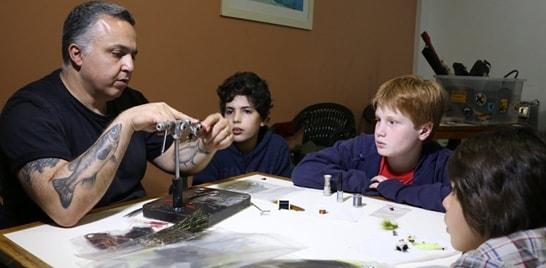 Confecção de várias moscas marcou aula da Escolinha da ABPM