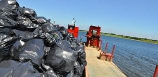Pescadores ajudam a retirar 20 toneladas de lixo do Rio Tietê