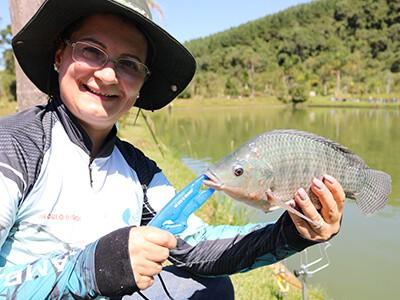 A pesca esportiva aproxima mãe, filhos e netos