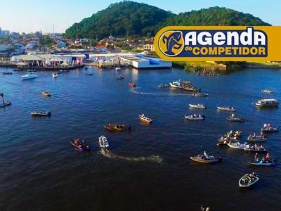 Barcos na água prontos para a competição
