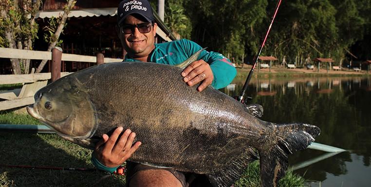 Denis Garbo segurando um Tamba em um pesqueiro