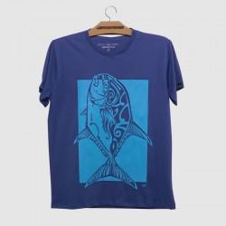camiseta azul com o peixe pampo no estilo maori